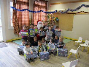 Les enfants de l'école ont reçu la visite du père Noël